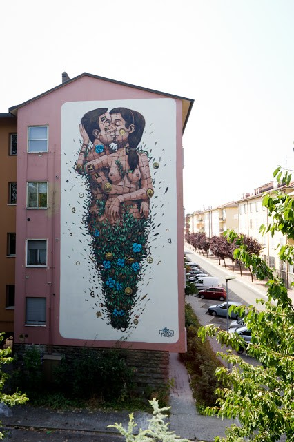 """""""The Last Kiss"""", a piece by Pixel Pancho in Ravenna, Italy"""