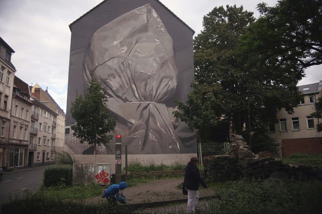 Axel Void paints a new piece for CityLeaks in Cologne, Germany