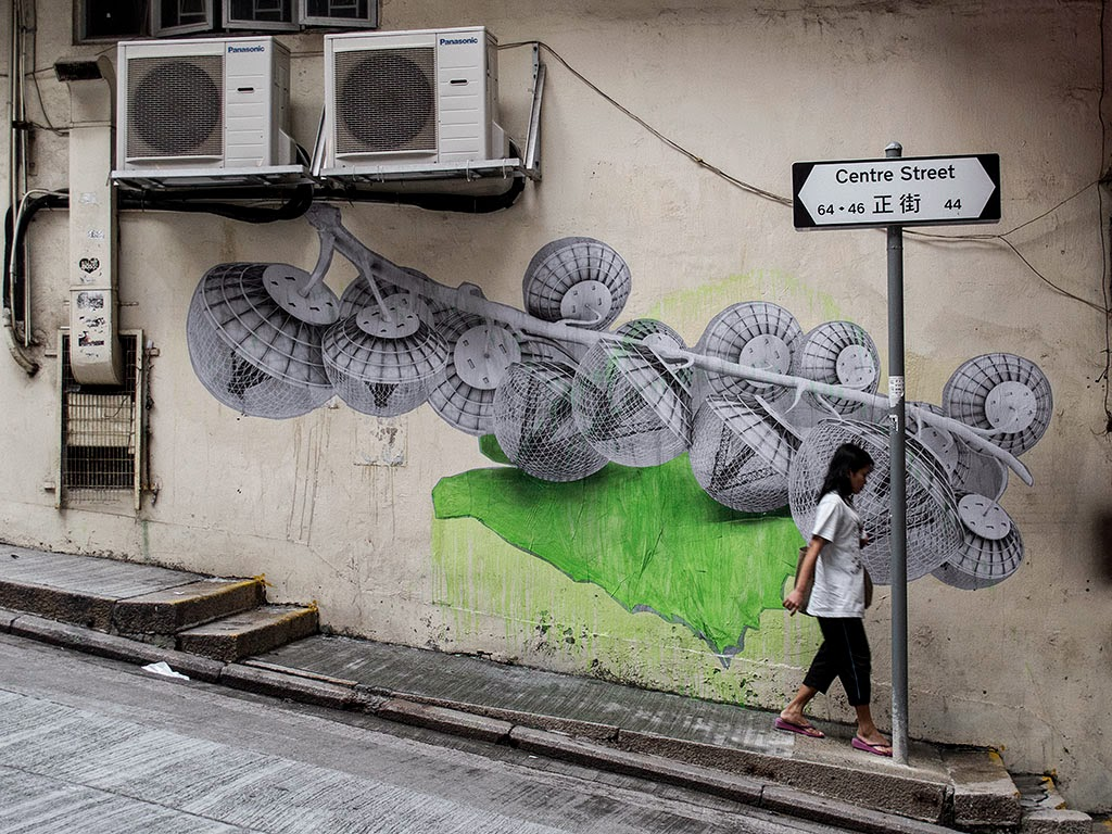 Ludo creates a new piece on the streets of Hong-Kong